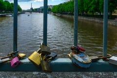 Aimez les serrures sur le pont de théâtre, à Turku Photos stock