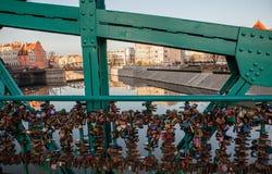 Aimez les serrures sur le pont de Wroclaw au jour ensoleillé Photographie stock