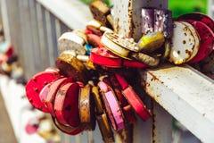 Aimez les serrures sur un pont - symbole de l'amour Image libre de droits
