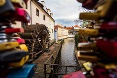 Aimez les serrures sur une barrière par le vieux moulin à eau sur l'île de Kampa dans Pragu photos libres de droits