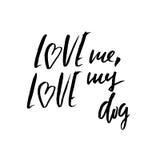 Aimez-moi, aimez mon chien Lettrage tiré par la main Dirigez le texte moderne de brosse de typographie d'isolement sur le fond bl illustration stock