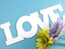 Aimez sur le fond bleu de point de polka pour le jour de valentines Image stock