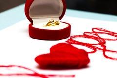 Aimez-vous des mots et symbole de coeur fait de fil rouge sur les FO blanches Images libres de droits