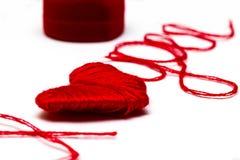 Aimez-vous des mots et symbole de coeur fait de fil rouge sur les FO blanches Photographie stock