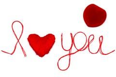 Aimez-vous des mots et symbole de coeur fait de fil rouge sur les FO blanches Image stock