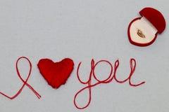 Aimez-vous des mots et symbole de coeur fait de fil rouge sur les FO blanches Photos stock