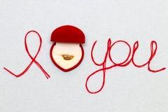 Aimez-vous des mots et symbole de coeur fait de fil rouge sur les FO blanches Image libre de droits