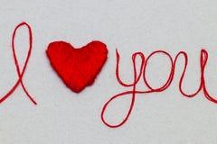 Aimez-vous des mots et symbole de coeur fait de fil rouge sur les FO blanches Images stock