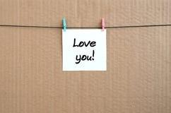 Aimez-vous ! La note est écrite sur un autocollant blanc qui accroche avec le C.A. Photos stock