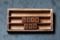 Aimez-vous rétro style de message Boîte de vintage, expression en bois de cubes avec des lettres de style ancien Fond texturisé d Images stock