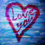 Aimez-vous salutation de coeur sur le fond en bois affligé de texture grunge de vintage peint Photo stock