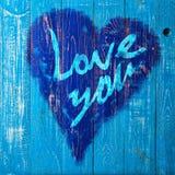 Aimez-vous salutation de coeur sur le fond en bois affligé de texture grunge de vintage peint Images libres de droits