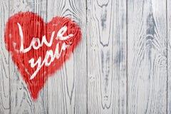 Aimez-vous salutation de coeur sur le fond en bois affligé de texture grunge de vintage peint Images stock