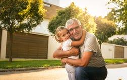 Aimez-vous tellement mon grand-papa Famille multi de génération appréciant dedans Photos libres de droits
