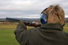Aimimg el arma Foto de archivo libre de regalías
