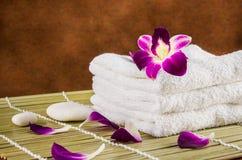 Ainda ajuste dos termas da vida e flor da orquídea Fotografia de Stock Royalty Free