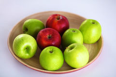 Ainda arranjo da vida das maçãs em uma bandeja de madeira Imagens de Stock