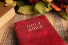 Ainda a Bíblia Sagrada do vermelho da vida Fotografia de Stock
