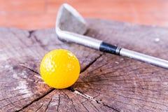 Ainda bola de mini golfe amarela da vida no fundo branco Fotos de Stock Royalty Free