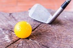 Ainda bola de mini golfe amarela da vida no fundo branco Fotos de Stock