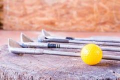 Ainda bola de mini golfe amarela da vida no fundo branco Imagens de Stock Royalty Free