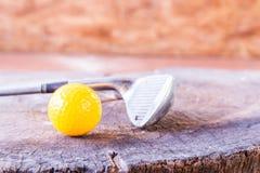 Ainda bola de mini golfe amarela da vida no fundo de madeira Imagens de Stock