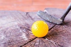 Ainda bola de mini golfe amarela da vida no fundo de madeira Imagem de Stock Royalty Free