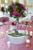 Ainda casamento da vida Ajuste da tabela em um copo de água decor foto de stock royalty free