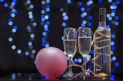 Ainda cena do partido da vida de vidros de flauta, de ballon, de fitas e de champanhe Fotografia de Stock Royalty Free