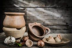 Ainda cerâmica da vida e fundo de madeira Imagens de Stock