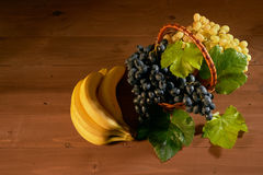 Ainda cesta de fruto da vida Fotos de Stock Royalty Free