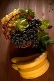 Ainda cesta de fruto da vida Fotografia de Stock