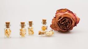Ainda composição da vida com as garrafas de vidro pequenas com papel dourado Foto de Stock Royalty Free