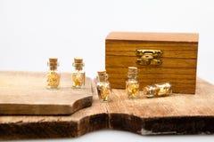 Ainda composição da vida com caixa de madeira e as garrafas de vidro pequenas Imagem de Stock