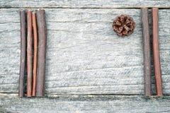 Ainda composição da vida com cones do pinho e as varas de madeira Foto de Stock Royalty Free
