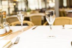 Ainda conceito da vida Vidros vazios ajustados no restaurante Imagem de Stock
