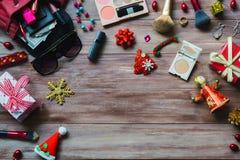 Ainda configuração do plano da vida do cosmético colorido da composição com Natal d Imagens de Stock Royalty Free