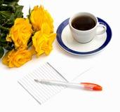 Ainda copo da vida do café preto, do caderno e do ramalhete de r amarelo Imagem de Stock Royalty Free