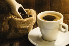 Ainda copo de café da vida no fundo de madeira Fotos de Stock