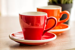 Ainda copos de chá coloridos da vida na tabela de madeira Imagens de Stock Royalty Free