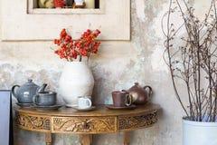 Ainda detalhes da vida, copo do chá e xícara de café no retr exterior Fotos de Stock Royalty Free