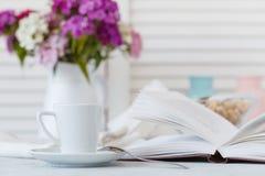 Ainda detalhes da vida, copo do chá na bandeja de madeira do vintage retro na Foto de Stock