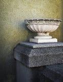 Ainda embarcação de mármore antiga da vida para flores Imagens de Stock