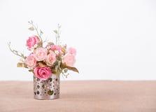 Ainda flor da rosa do rosa da decoração interior da vida em de madeira rústico Imagens de Stock
