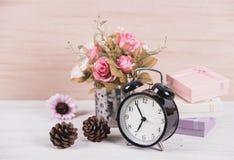 Ainda flor da rosa do rosa da decoração interior da vida em um vaso Imagens de Stock Royalty Free