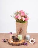 Ainda flor da rosa do rosa da decoração interior da vida em um vaso Imagem de Stock