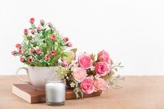 ainda flor da rosa do rosa da decoração interior da vida em um vaso com b Imagens de Stock Royalty Free