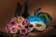 Ainda fotografia da pintura da vida com máscara e rosas do carnaval Foto de Stock