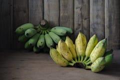 Ainda fotografia da vida com a banana na terra de madeira da parte traseira da tabela, St Imagem de Stock