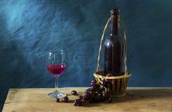 Ainda fotografia da vida com vinho tinto velho Fotografia de Stock